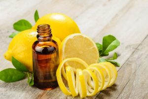 limones e casca de limão com óleo essencial