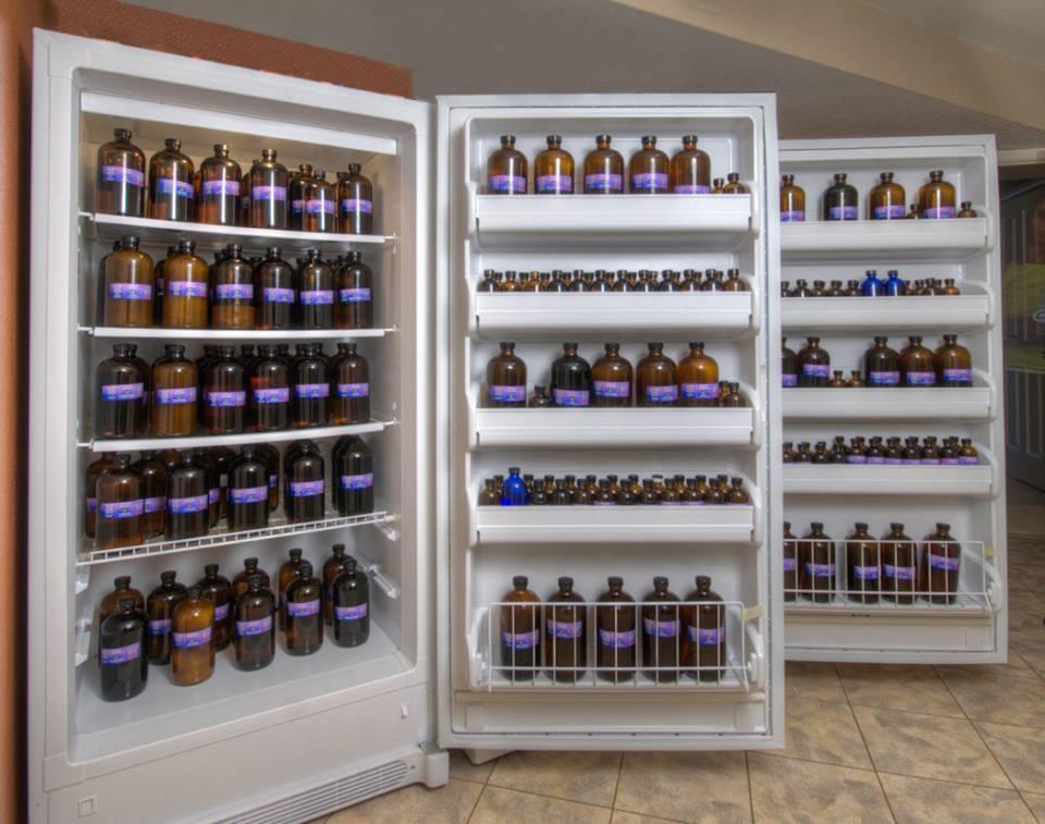 geladeira repleta de óleos essenciais